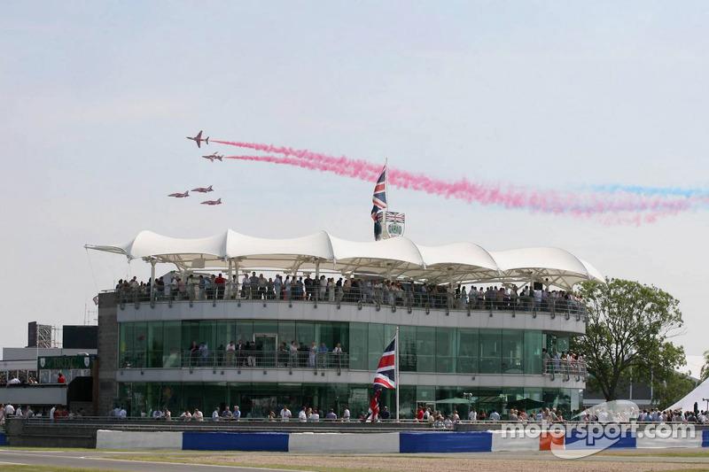 Royal Air Force aviones vuelan sobre el circuito