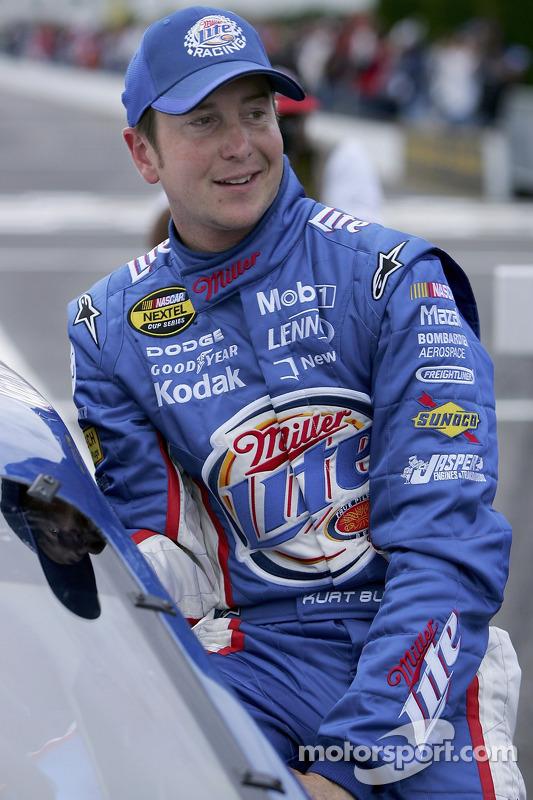 Kurt Busch sort de sa voiture après les qualifications