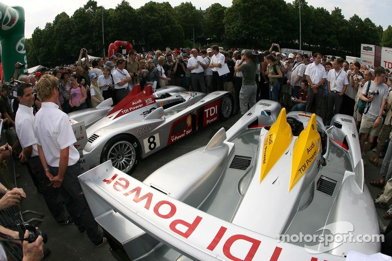 Des fans examinent la Audi Sport Team Joest Audi R10
