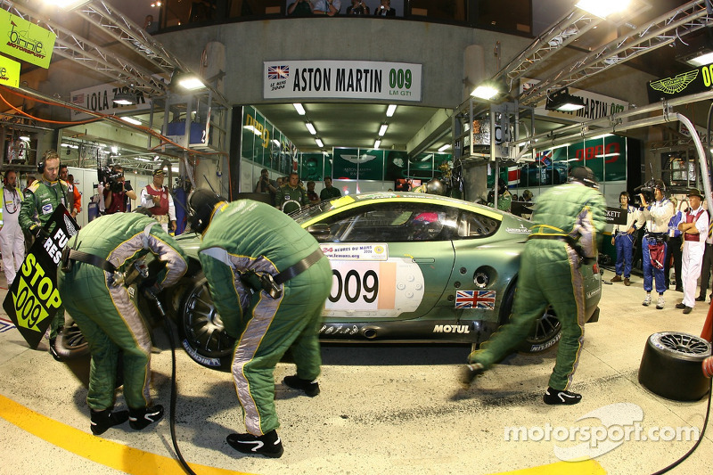 Arrêt au stand pour #009 Aston Martin Racing Aston Martin DBR9: Pedro Lamy, Stéphane Sarrazin, Stéphane Ortelli