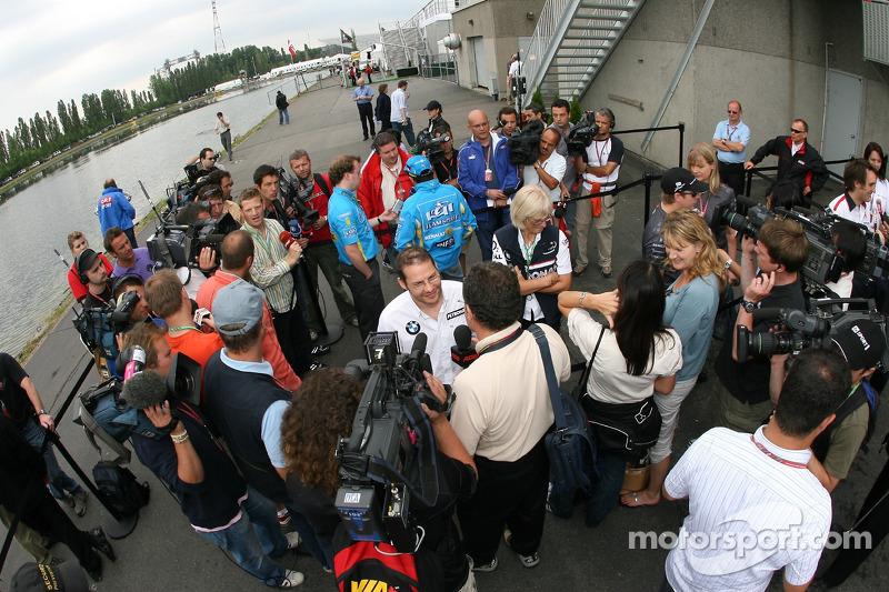 Interviews à la télévision après la conférence de presse de la FIA