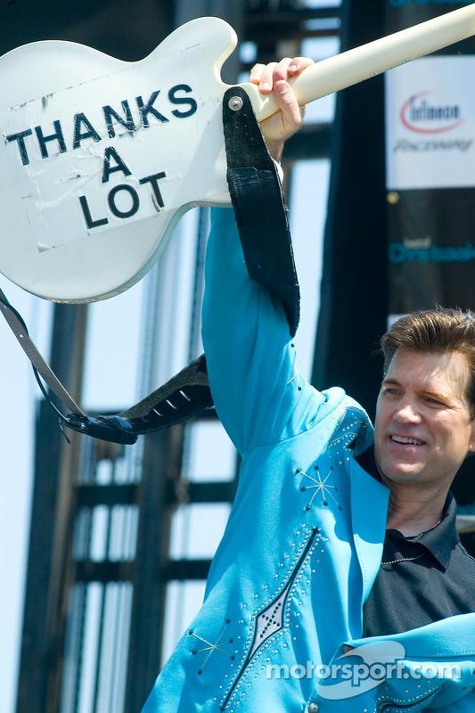 Le chanteur Chris Isaac à l'Infineon Raceway