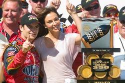 Jeff Gordon fête sa victoire avec sa fiancée Ingrid Vanderbosch