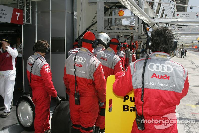 L'équipe #7 Audi Sport Team Joest attend son arrêt au stand