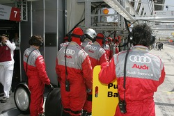 #7 Audi Sport Team Joest crew waits for their pit stop