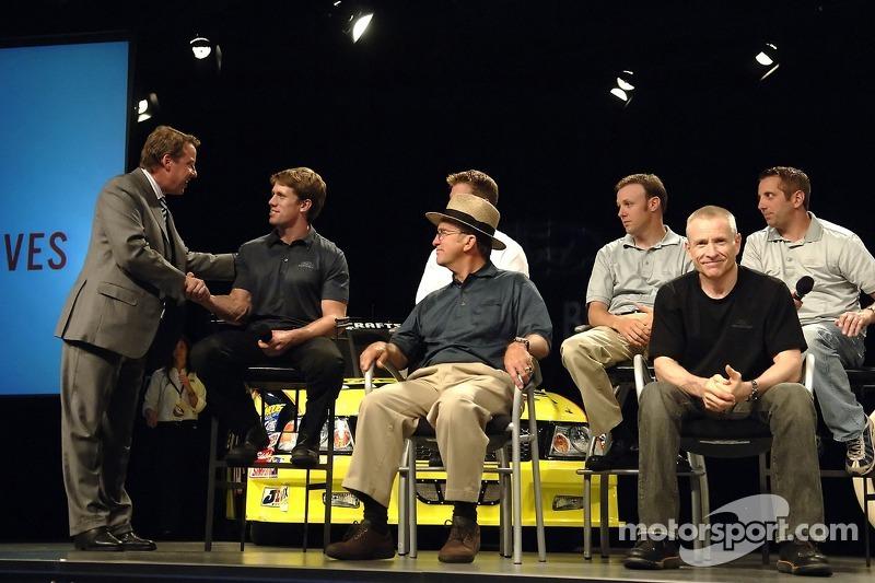 Bill Ford rencontrent les pilotes de la Roush Racing NASCAR NEXTEL Cup lorsqu'ils participent à un pep rally d'employé à Ford World Headquarters