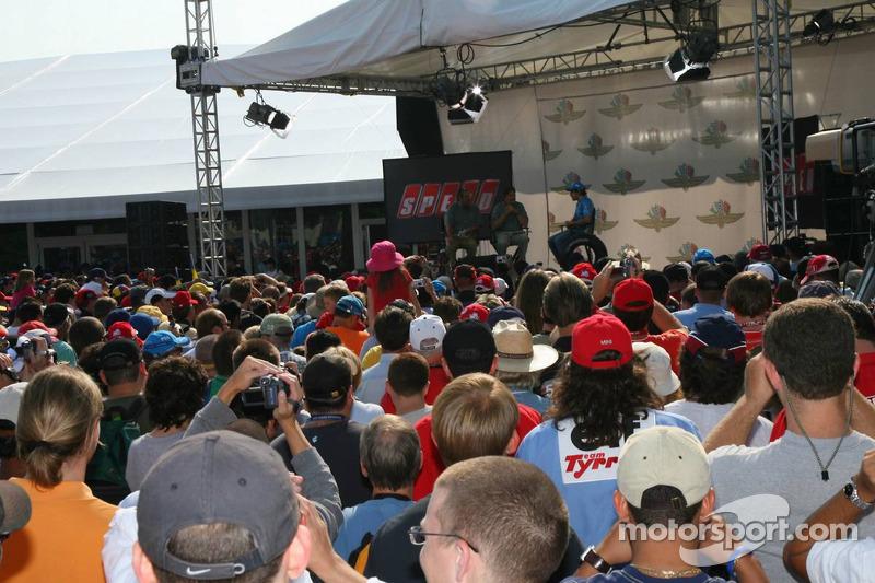 Fernando Alonso parle avec Speed TV et des fans