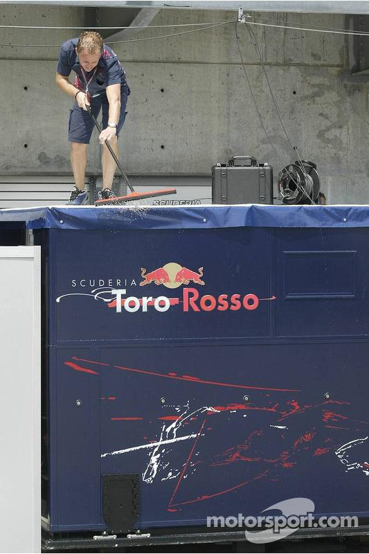 Un membre de l'équipe Scuderia Toro Rosso
