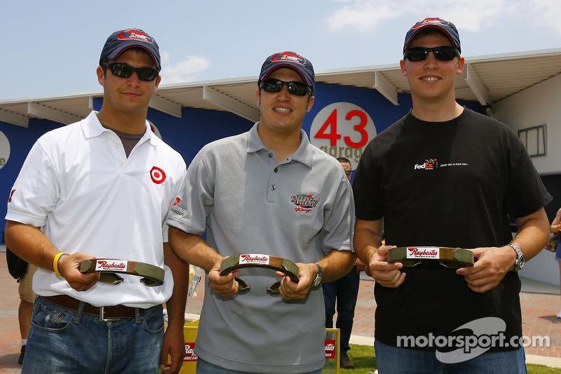 Reed Sorenson, J.J. Yeley et Denny Hamlin, tous les membres de la classe 2006 posent avec des fers à cheval Raybestos avant la séance