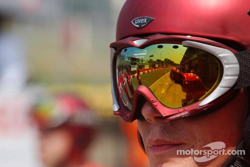 Réflexion dans les lunettes de l'un des mécaniciens de Mücke motorsport