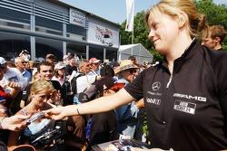 Susie Stoddart signe des autographes pour les fans