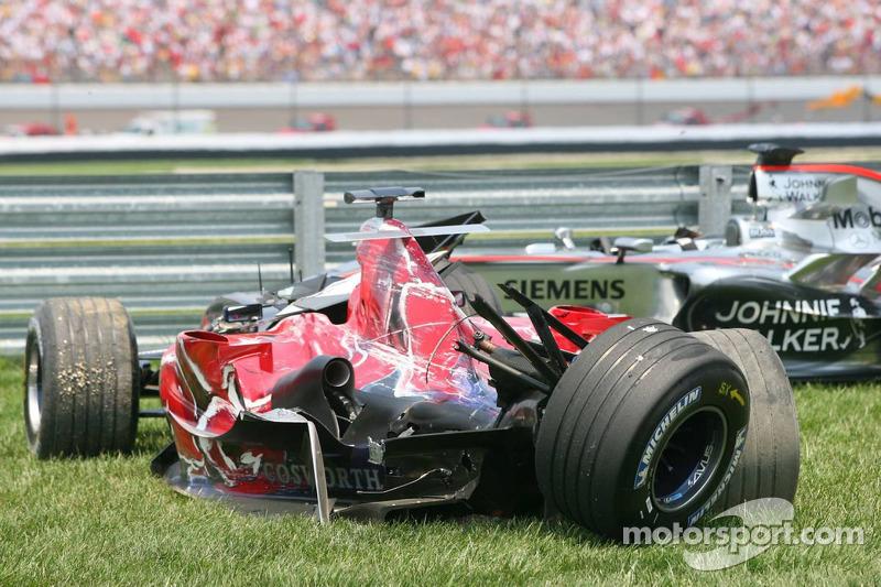 Les voitures accidentées de Scott Speed et Juan Pablo Montoya