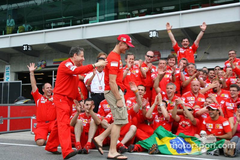 Célébration de la victoire à Ferrari : Jean Todt et Michael Schumacher