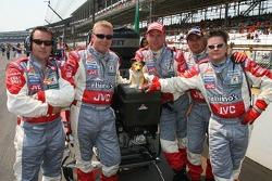 Midland MF1 Racing mechanics on the grid
