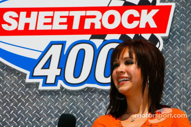La chanteur Diana DeGarmo chante l'hymne national