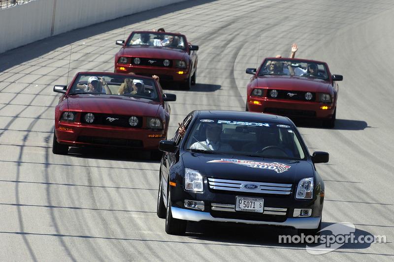 Will Ferrell et le casting de Talladega Nights font un tour autour du Chicagoland Speedway dans un quatuor de voitures Ford