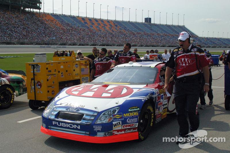 L'équipe Mark Martin pousse la voiture vers la ligne de qualification