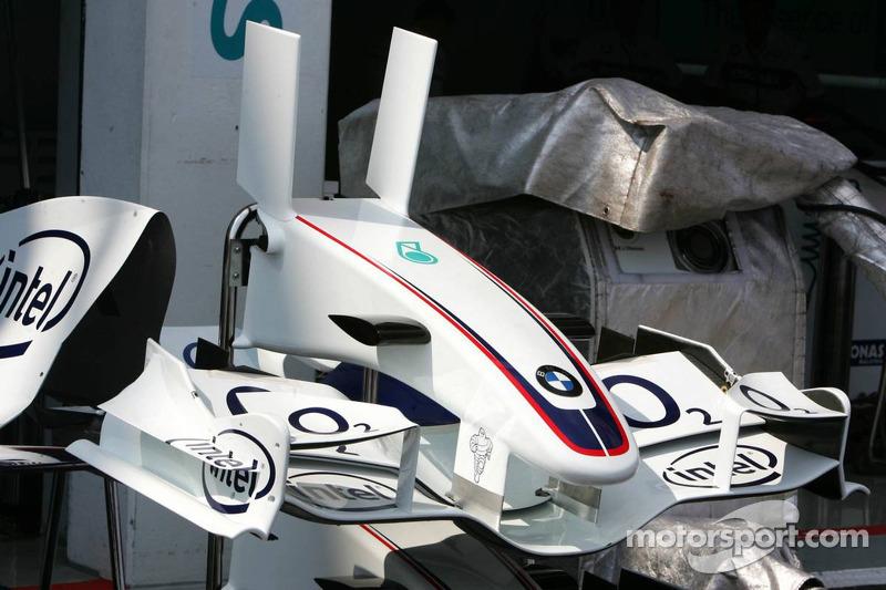 L'aileron avant de BMW Sauber avec ses nouveaux petits ailerons verticaux