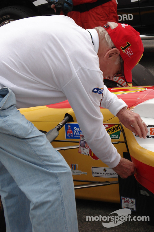 Paul Newman inspecte la voiture de Sébastien Bourdais