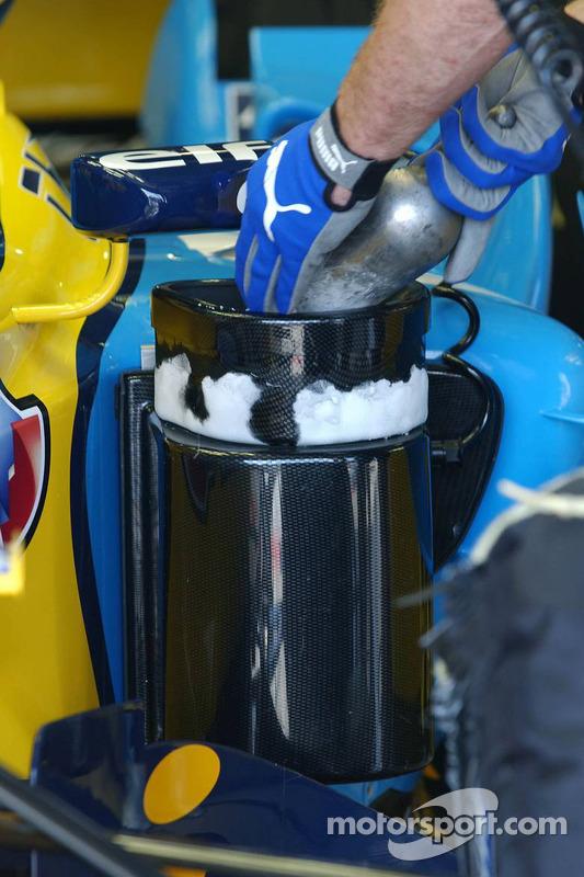 Des mécaniciens utilisent de la neige carbonique pour refroidir la voiture