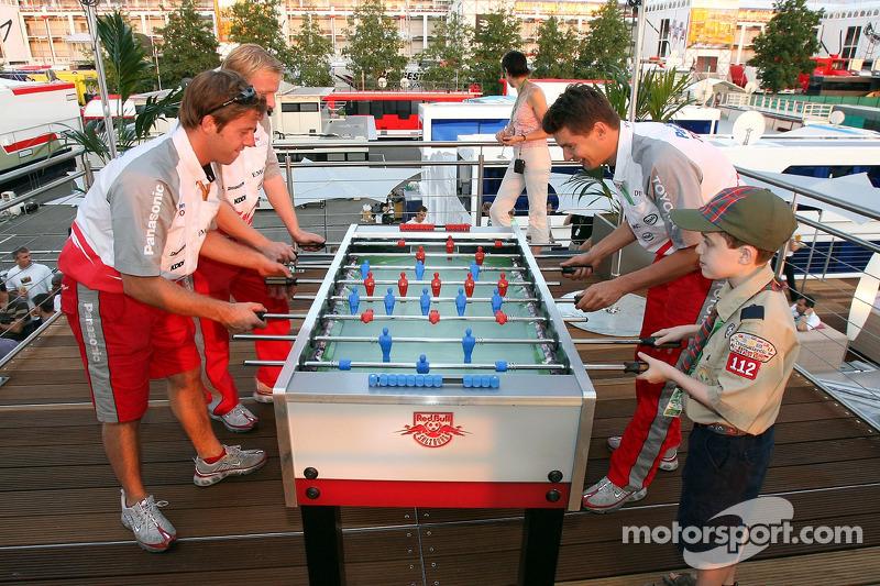 Red Bull le jeudi : des visiteurs sur le pont de Red Bull Energy Station jouant au babyfoot