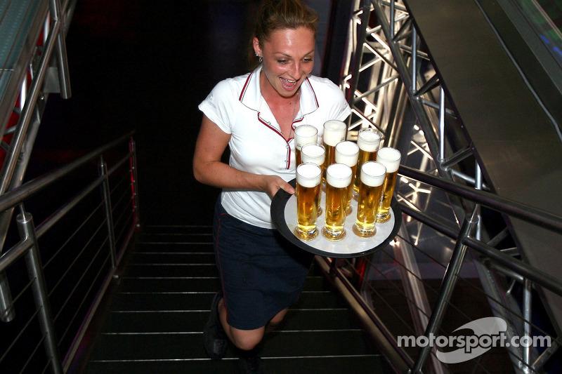 Red Bull le jeudi : une serveuse