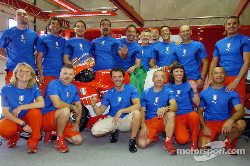 Loris Capirossi y miembors del equipo Ducati celebrar la victoria de Italia en la Copa del mundo