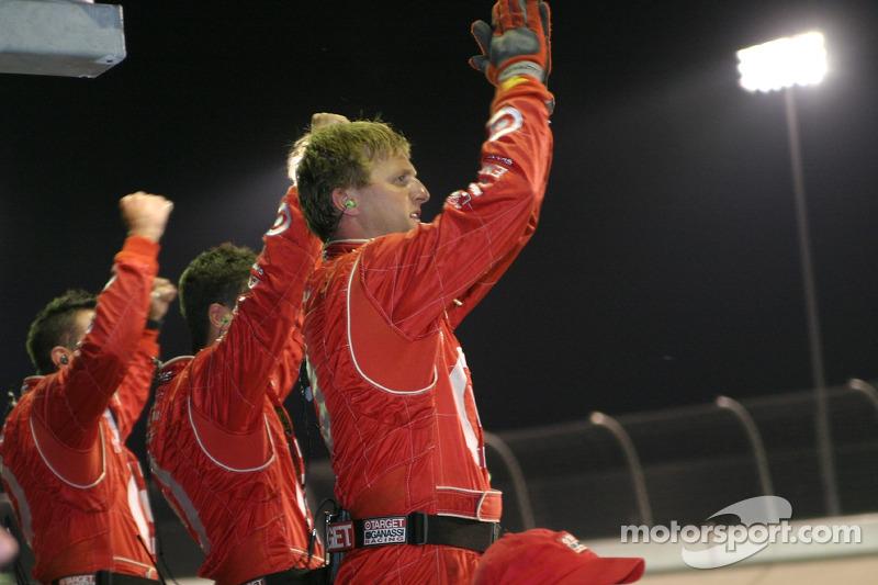 Des membres de l'équipe Ganassi Racing applaudissent Scott Dixon sur la victoire