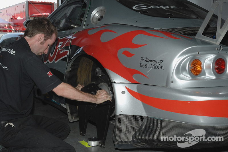 Un technicien de Multimatic Motorsports Team Panoz au travail