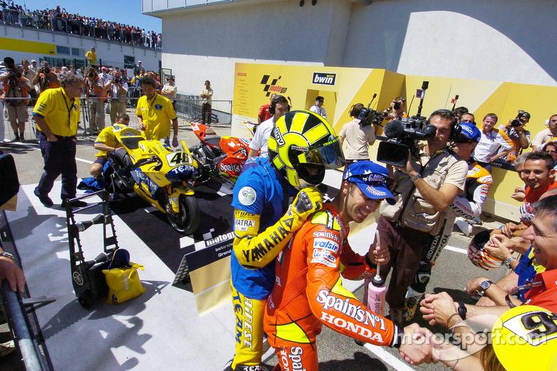 Le vainqueur de la course Valentino Rossi fait la fête avec Marco Melandri