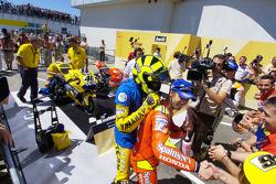 Ganador de la carrera Valentino Rossi celebra con Marco Melandri