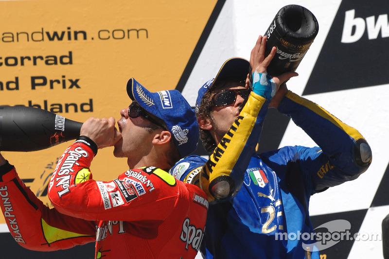 Podio: champaña para Valentino Rossi y Marco Melandri