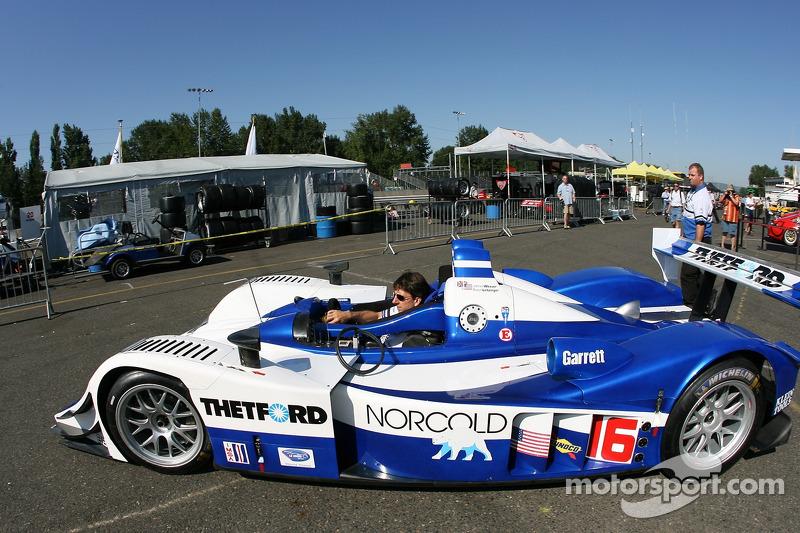 Des membres de l'équipe Dyson Racing prennent leur voiture pour aller sur la voie des stands