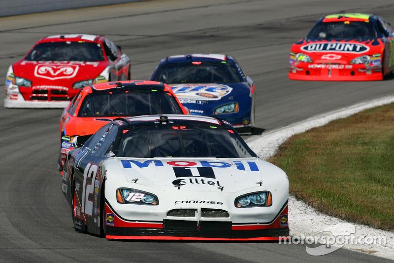 Ryan Newman devance un groupe de voitures