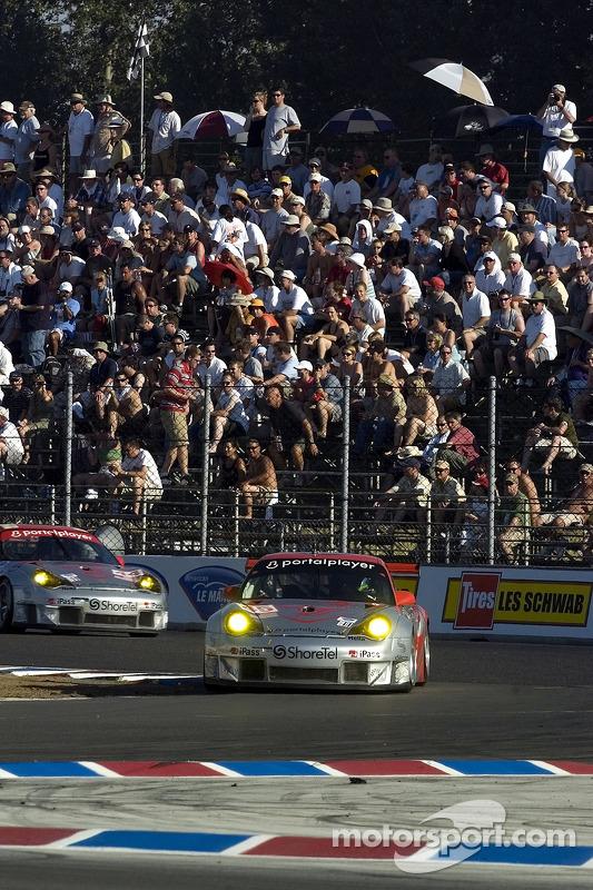 #44 Flying Lizard Motorsports Porsche 911 GT3 RSR: Seth Neiman, Darren Law et la #45 Flying Lizard Motorsports Porsche 911 GT3 RSR: Johannes van Overbeek, Wolf Henzler