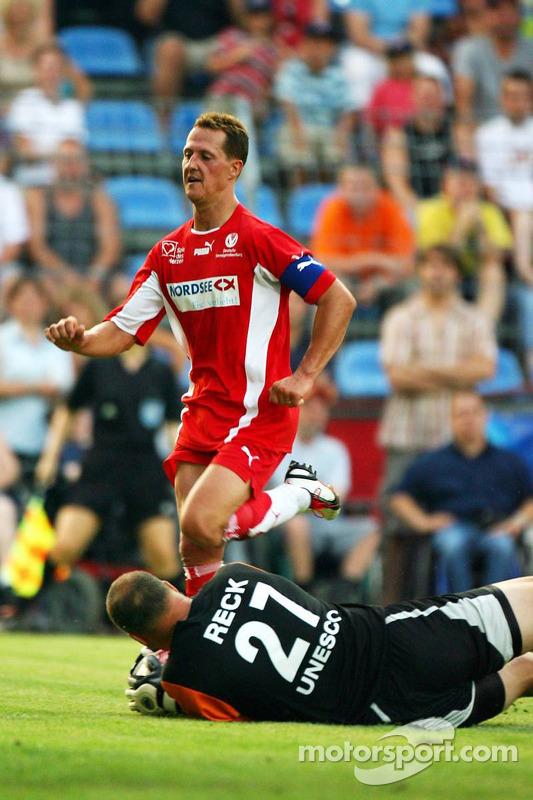 Spiel des Herzens, les stars de la F1 jouent contre les stars de RTL pour l'UNESCO: Michael Schumacher contre Oliver Reck