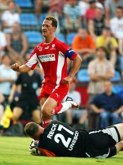 Spiel des Herzens, F1 Superstars plays against the RTL Superstars UNESCO event: Michael Schumacher against Oliver Reck
