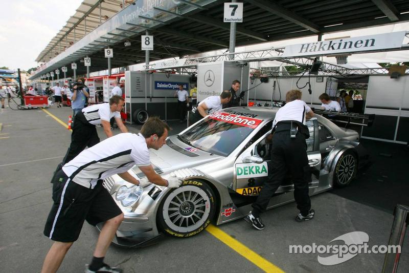 Des mécaniciens poussent la voiture de Mika Häkkinen