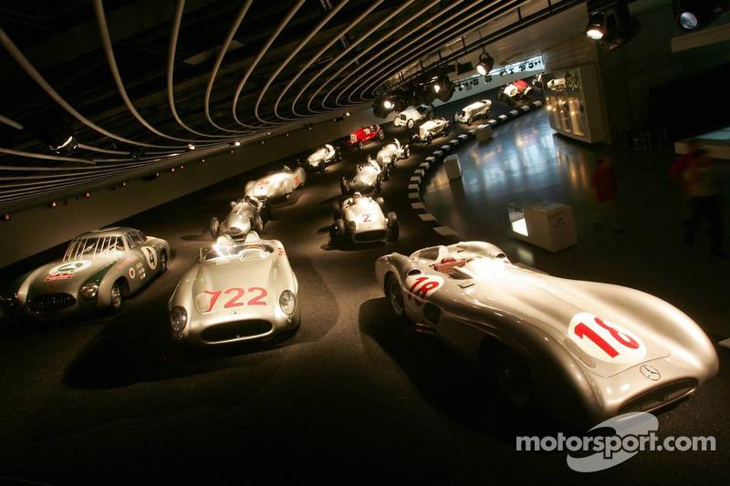 Evénement média de DaimlerChrysler Mercedes: Flèches d'Argent historiques dans le musée Mercedes-Benz à Stuttgart