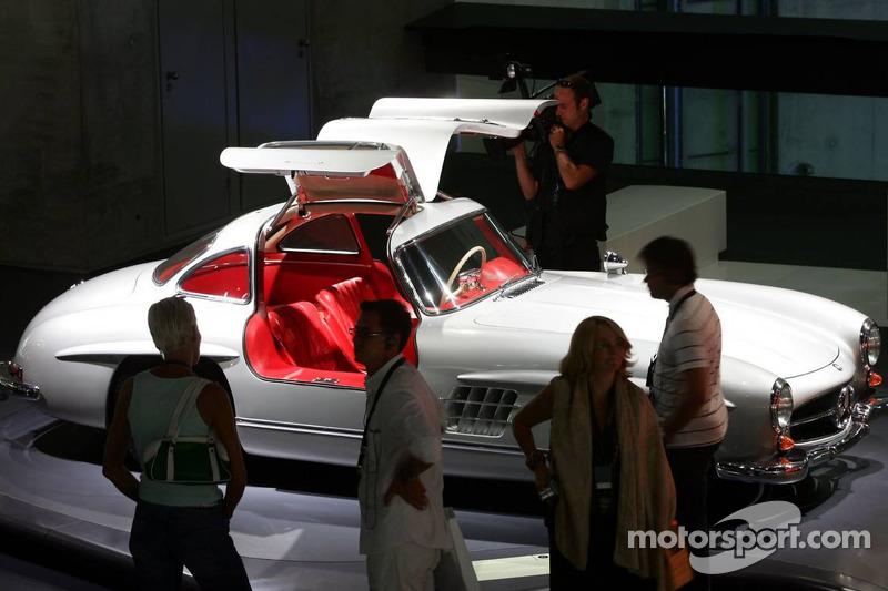 Evénement média de DaimlerChrysler Mercedes: un coupé Mercedes-Benz 300 SL dans le musée Mercedes-Be
