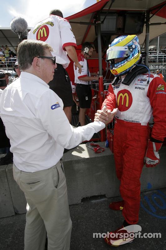 Carl Haas félicite Sébastien Bourdais pour sa victoire de la pole position provisoire
