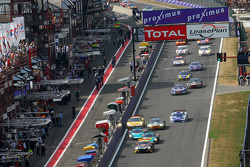 Start: #5 Phoenix Racing Aston Martin DBR9: Stephane Lemeret, Jean-Denis Deletraz, Andrea Piccini, Marcel Fassler leads the field