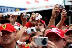 Los aficionados toman fotografías en el pitlane