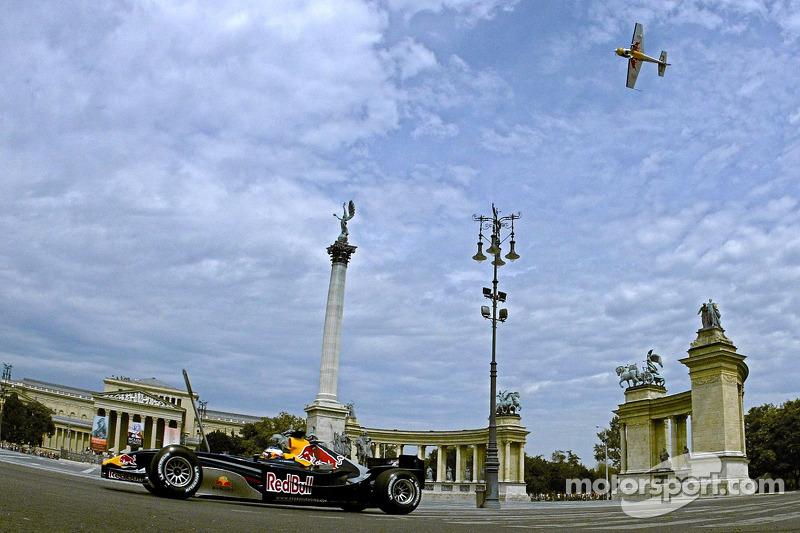 Red Bull Show Run Budapest:  Peter Besenyei y un RB2 en la famosa Plaza de héroes de Budapest