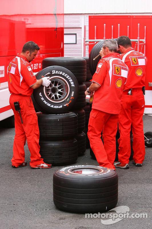 Preparan a los miembros del equipo Scuderia Ferrari Bridgestone neumáticos