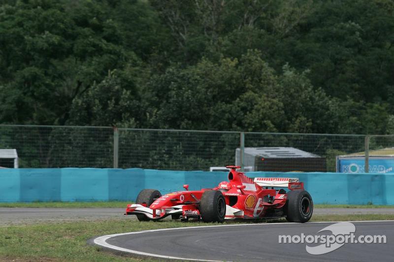 Michael Schumacher sale de la pista