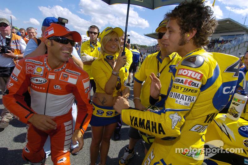 Loris Capirossi y Valentino Rossi en la parrilla de salida