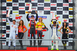 GT-A podium: le vainqueur Michael Lewis, Frankieie Montecalvo, Ricardo Perez