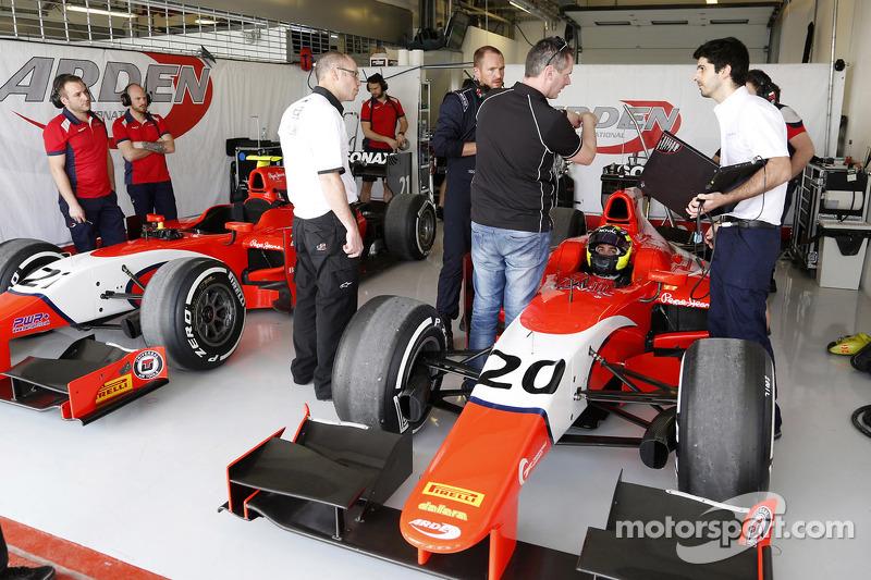 Die Garage von Arden Racing mit André Negrao und Norman Nato