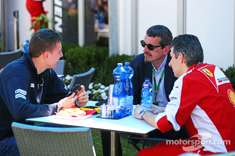 Raffaele Marciello, Sauber F1 Team Test And Reserve Driver with Guenther Steiner, Haas F1 Team Principal and Claudio Albertini, Ferrari Head of Customer Teams Power Unit Operations